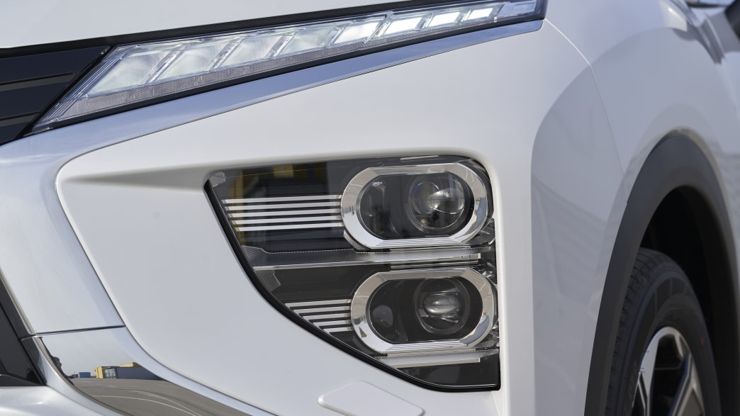 Ein Scheinwerfer des Plug in Hybrids von Mitsubishi Eclipse Cross