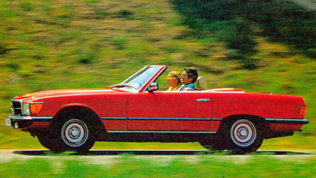 Roter Mercedes R107 fahrend auf einer Straße