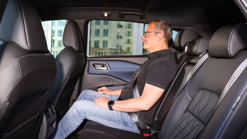 ADAC Redakteur Jochen Wieler im Fond eines Nissan Qashqai