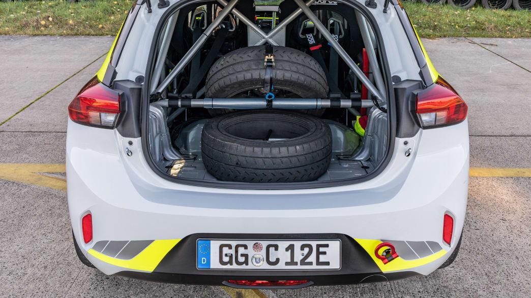 der Kofferraum des elektrischen Rallye Opel Corsa