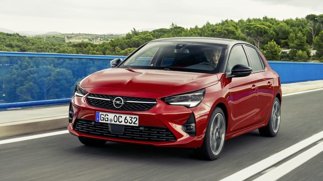 Opel Corsa F fahrend auf der Straße