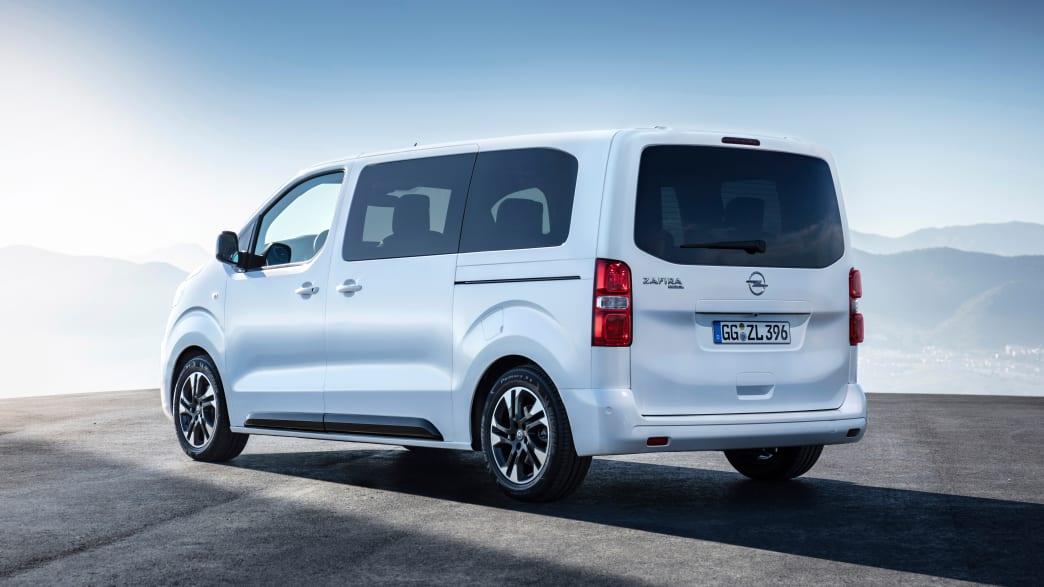 weisser Opel Zafira steht auf Strasse