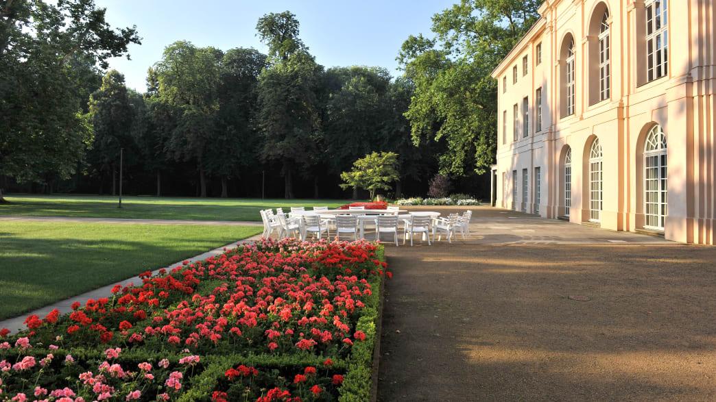 Blumenbeete vor dem Schloss im Schlossgarten Schönhausen