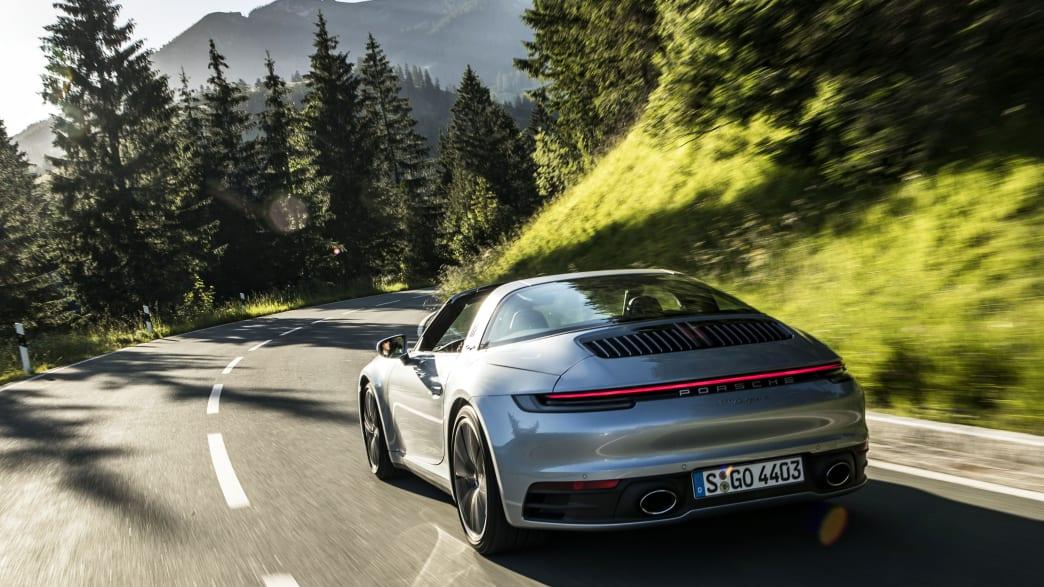 Rückansicht eines fahrenden Porsche 911er Targa 4