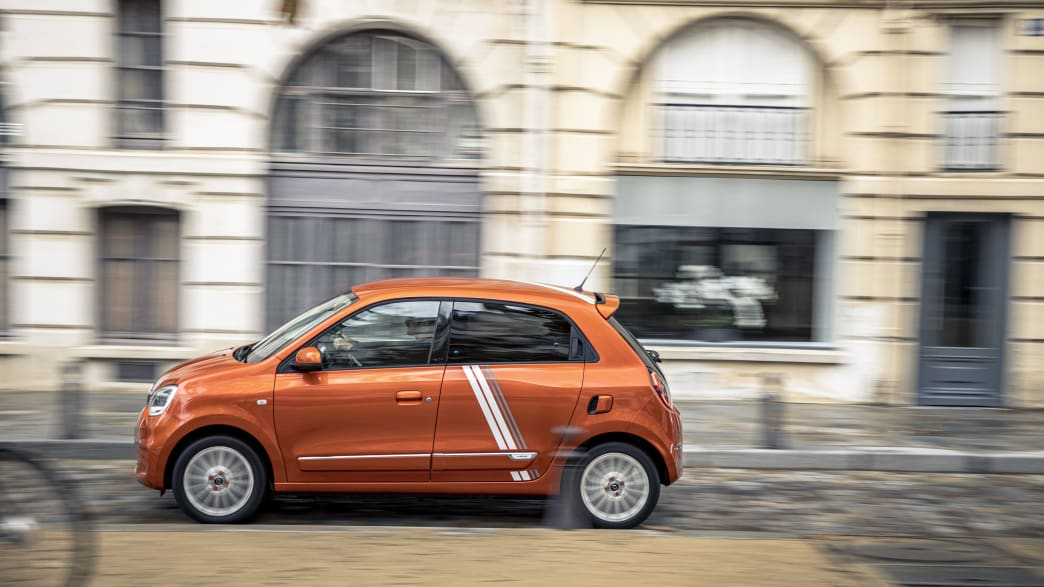 der Renault Twingo Electric von der Seite bei der Fahrt