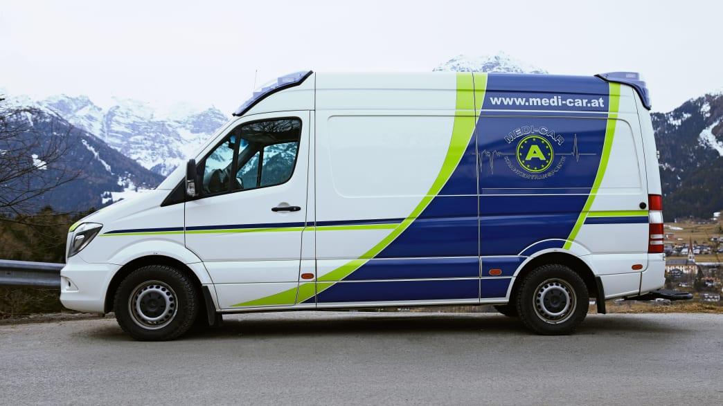 Ein Rettungswagen der Medicar Krankentransport GmbH in Österreich vor Bergkullise