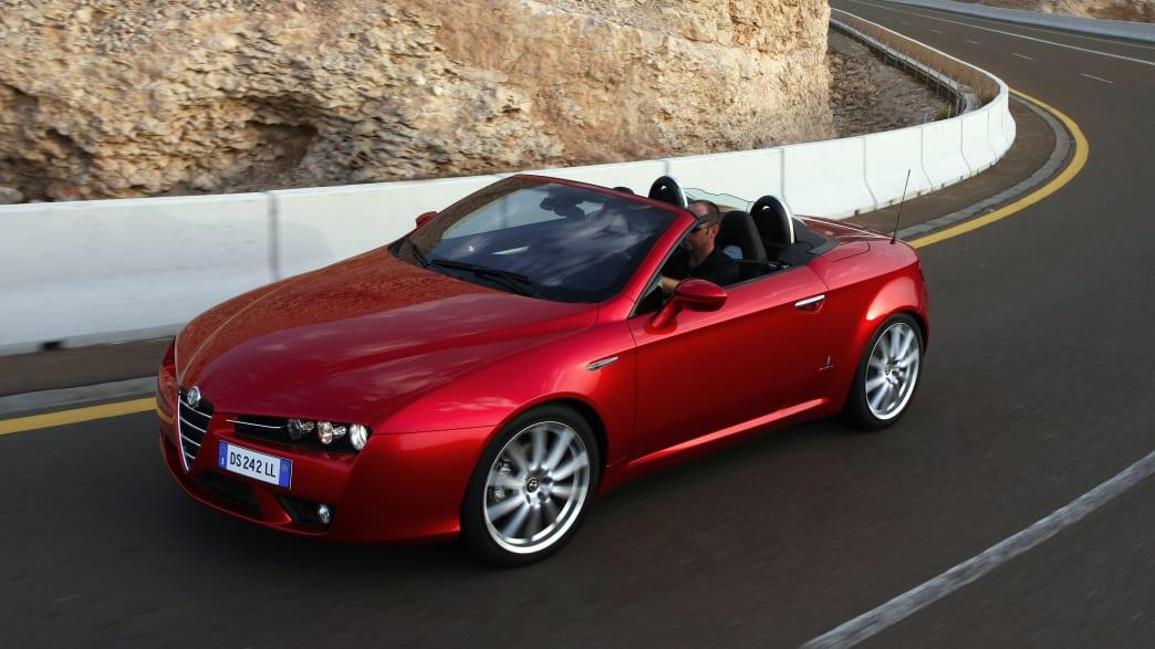 Roter Alfa Rome Spider fährt auf Landstrasse