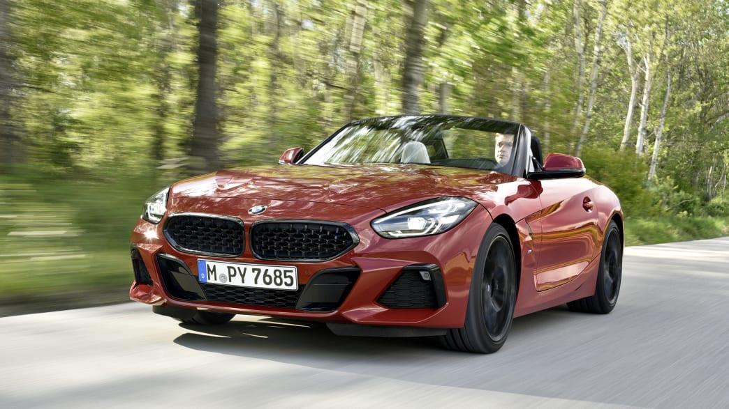 BMW Z4 Roadster fährt durch den Wald