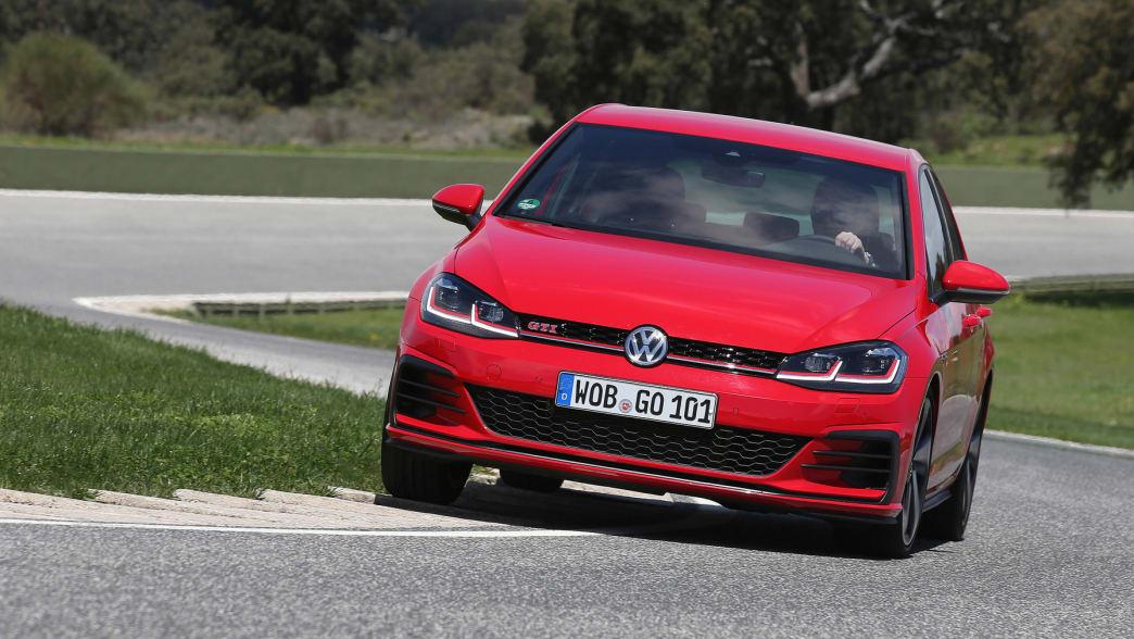 roter VW GTI Golf fährt auf einer Strasse