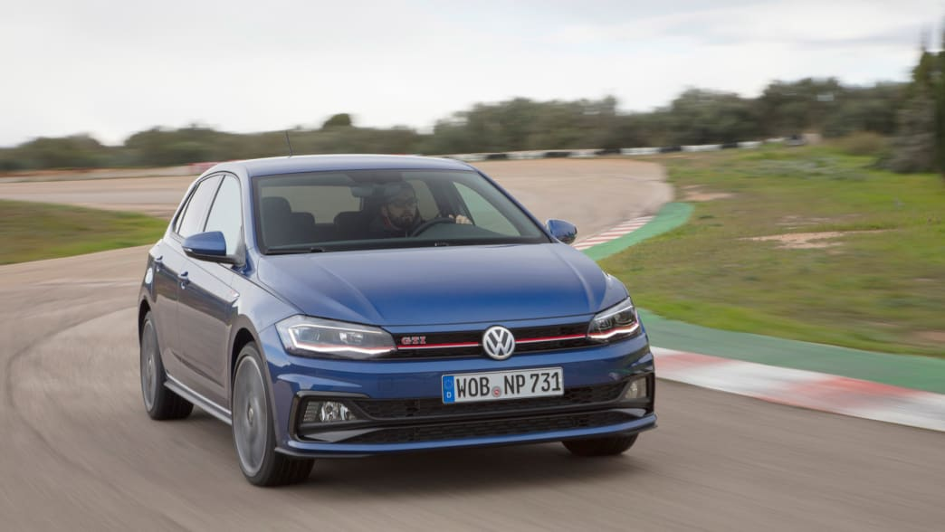Blauer VW GTI Polo fährt auf Strasse