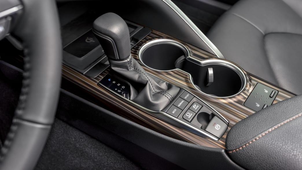 Die Mittelkonsole mit Schalthebel vom Toyota Camry