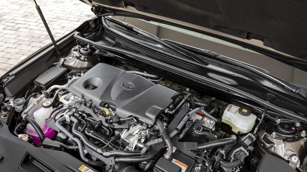 Ein Blick auf den Motor des Toyota Camry
