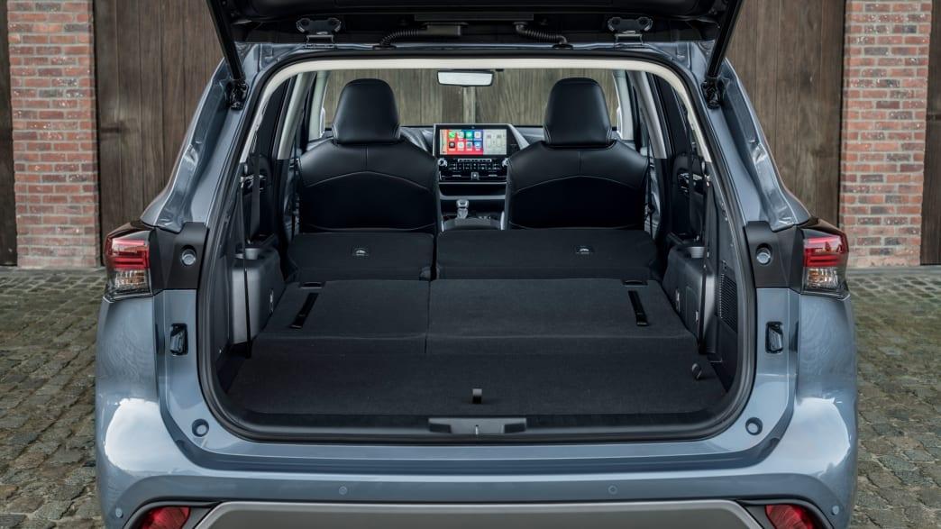 Toyota Highlander 2021 von hinten mit geöffnetem Kofferraum