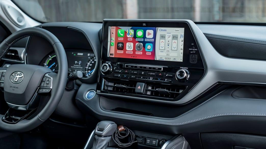 Der Toyota Highlander 2021 Cockpit mit Display vor Frontscheibe