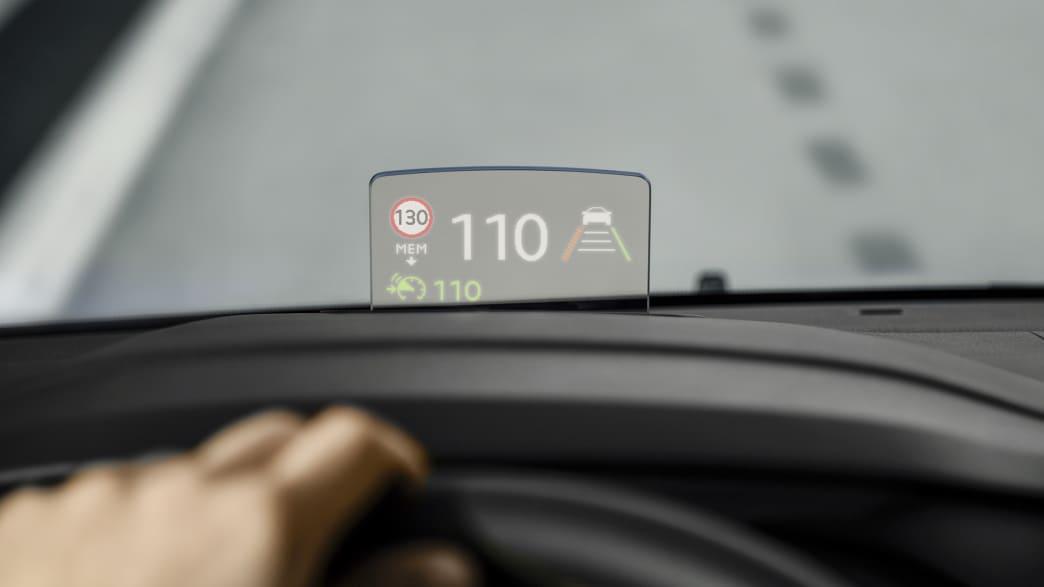 Head-Up Display auf der Frontscheibe vom Opel Zafira Life