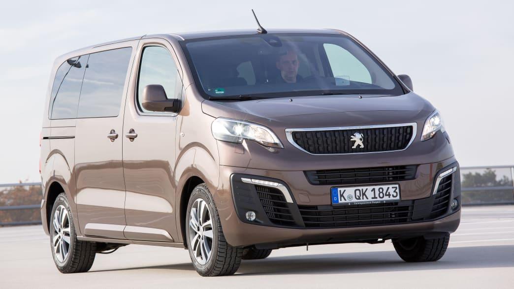 Der Peugeot Traveller stehend von vorne.