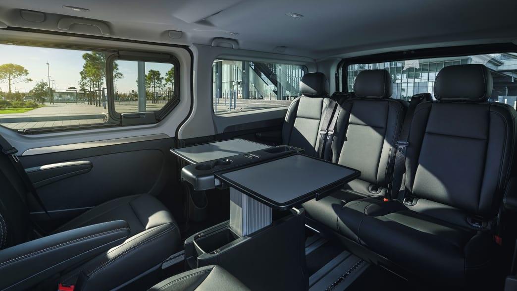 Der Renault Trafic von innen mit Sitzen und Tisch