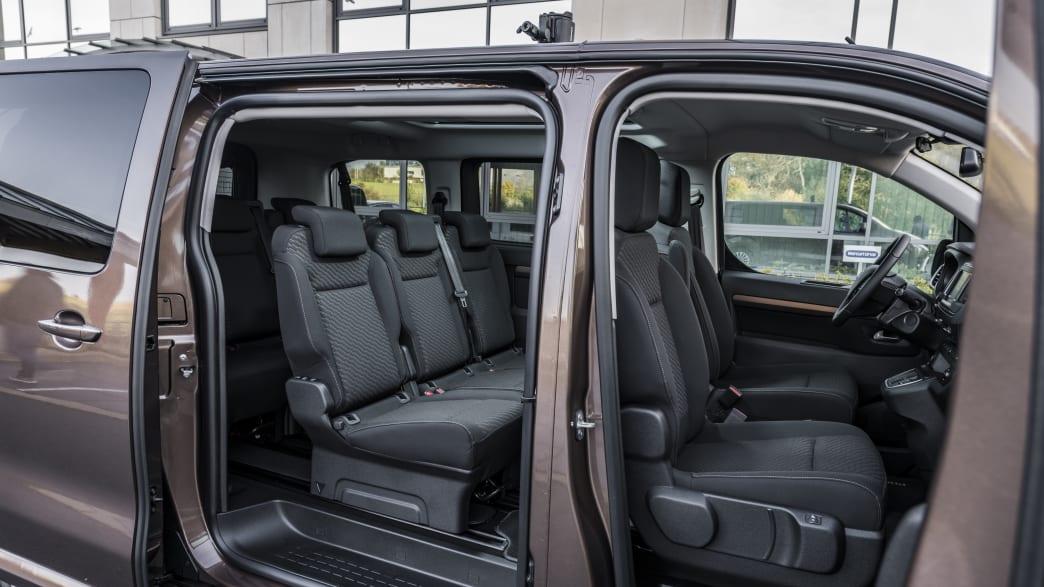 Offene Türen auf er Beifahrerseite des Toyota Proace Verso