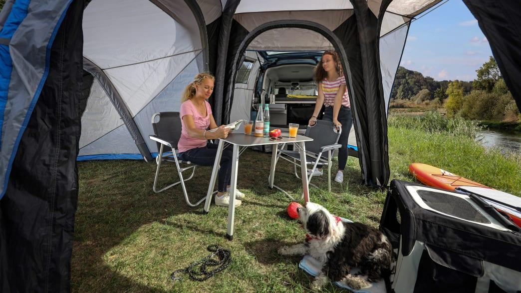 Zelt, Tisch und Stühle des VW Caddy California