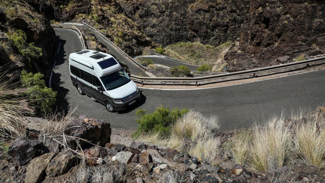 VW Gran California fährt eine Serpentinenstrasse hinauf