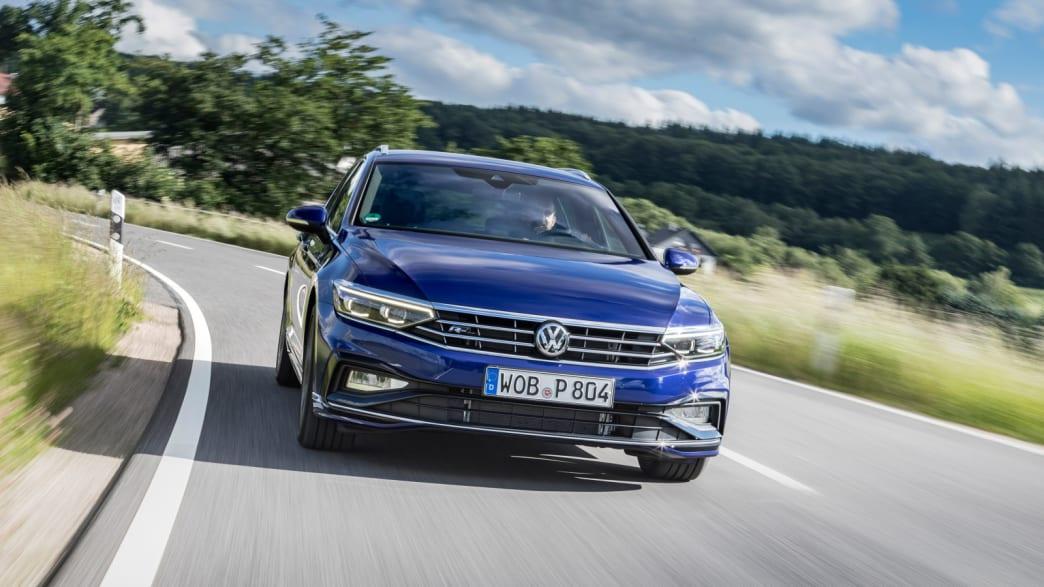 blauer VW Passat faehrt durch Landschaft