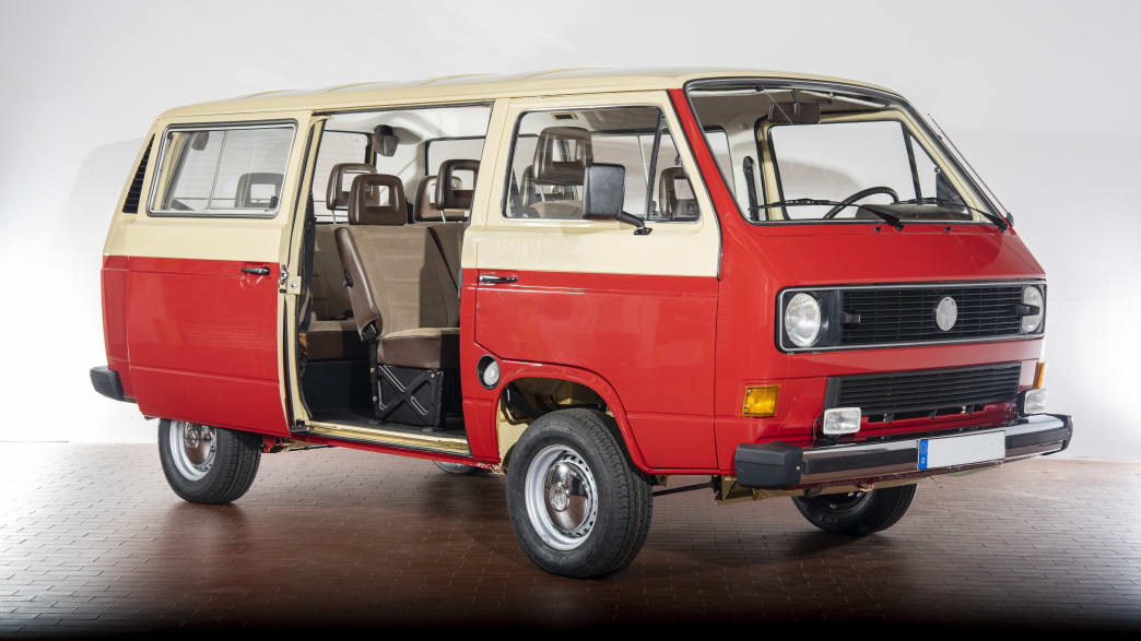 roter VW T3 stehend