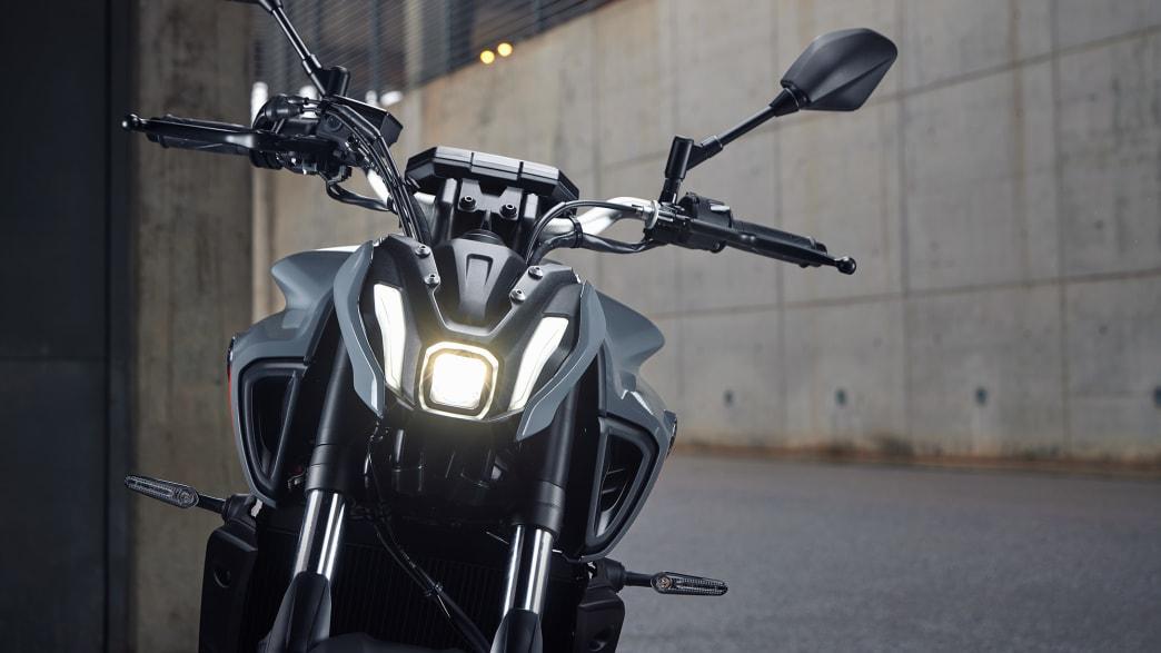 Ein Yamaha MT-07 Motorrad steht auf einer Straße, von vorne zu sehen