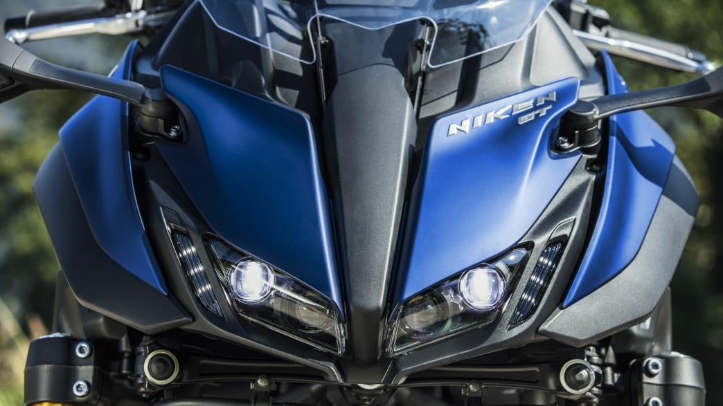 Blick auf die Front der blauen Yamaha Niken