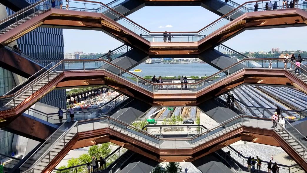 Nahaufnahme der Treppen im The Vessel in New York