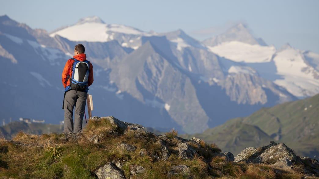 Wanderer vor Alpenkulisse