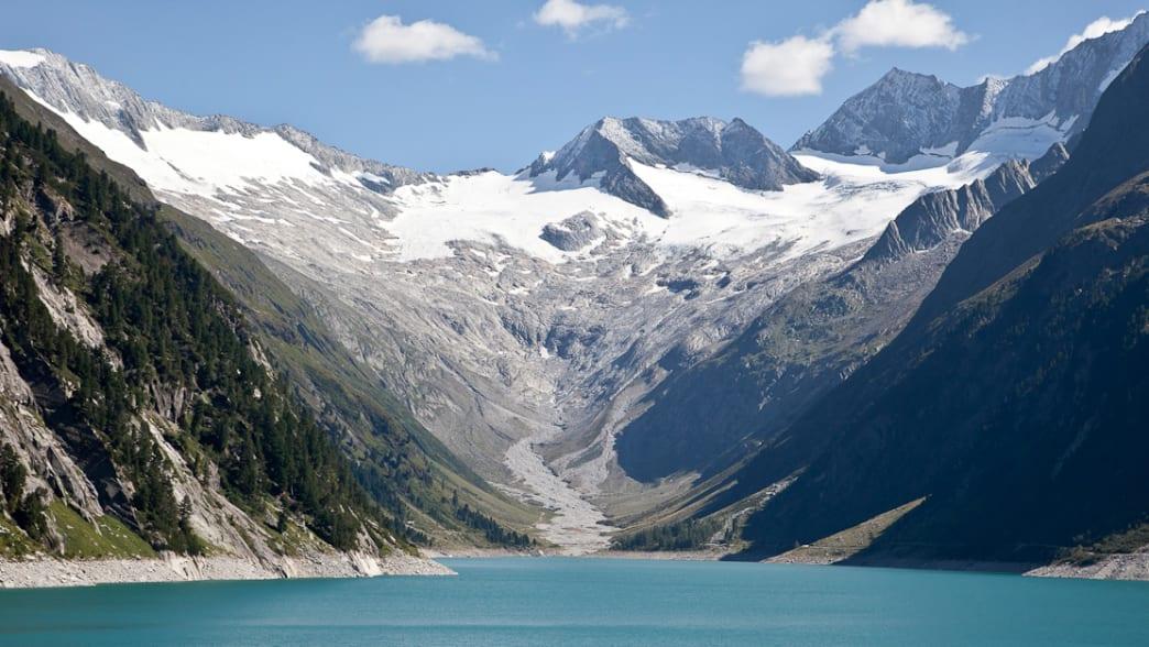 See inmitten schneebedeckter Berggipfel