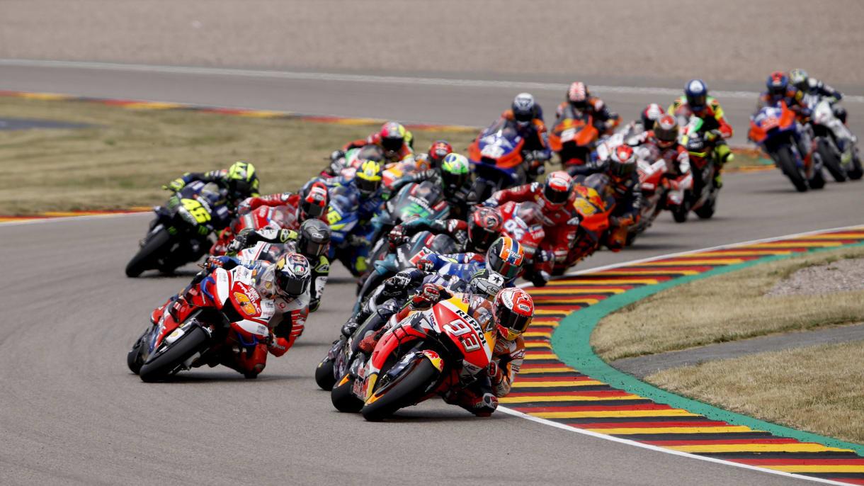Motorradfahren beim Rennen auf dem Sachsenring