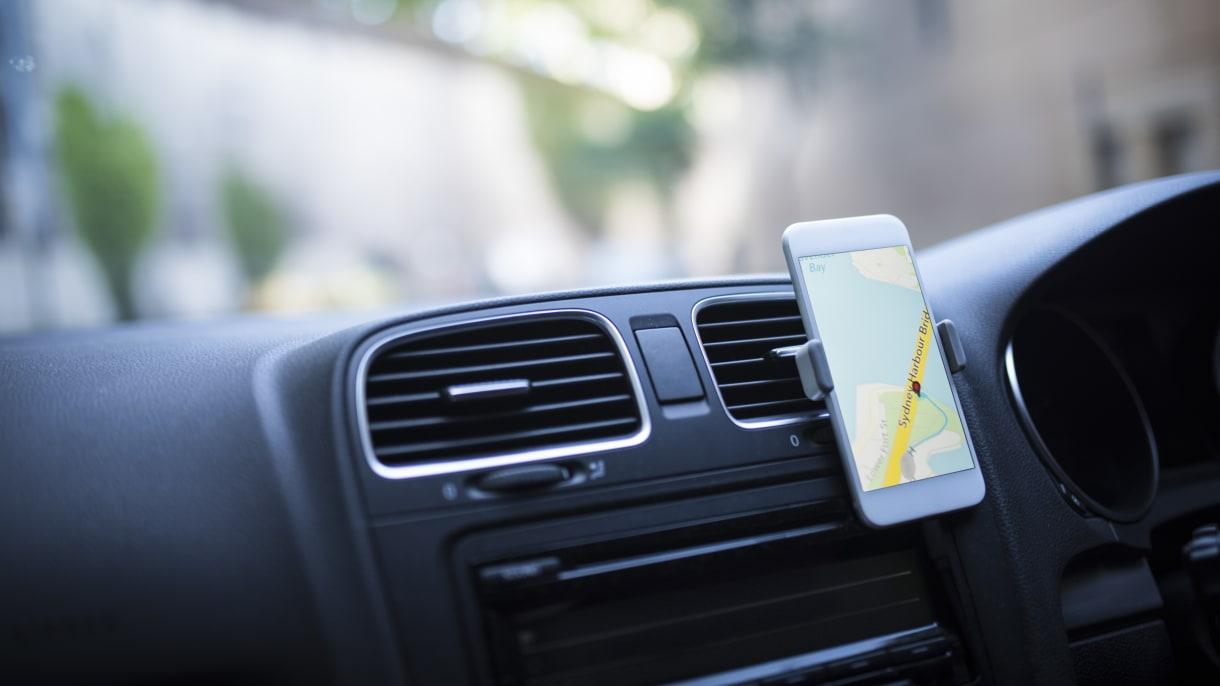 Smartphone mit Navi-Funktion im Cockpit eines Autos