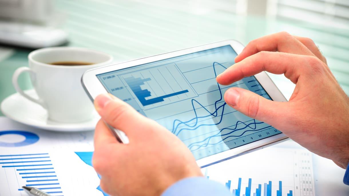 Zahlen und Daten auf einem Tablet