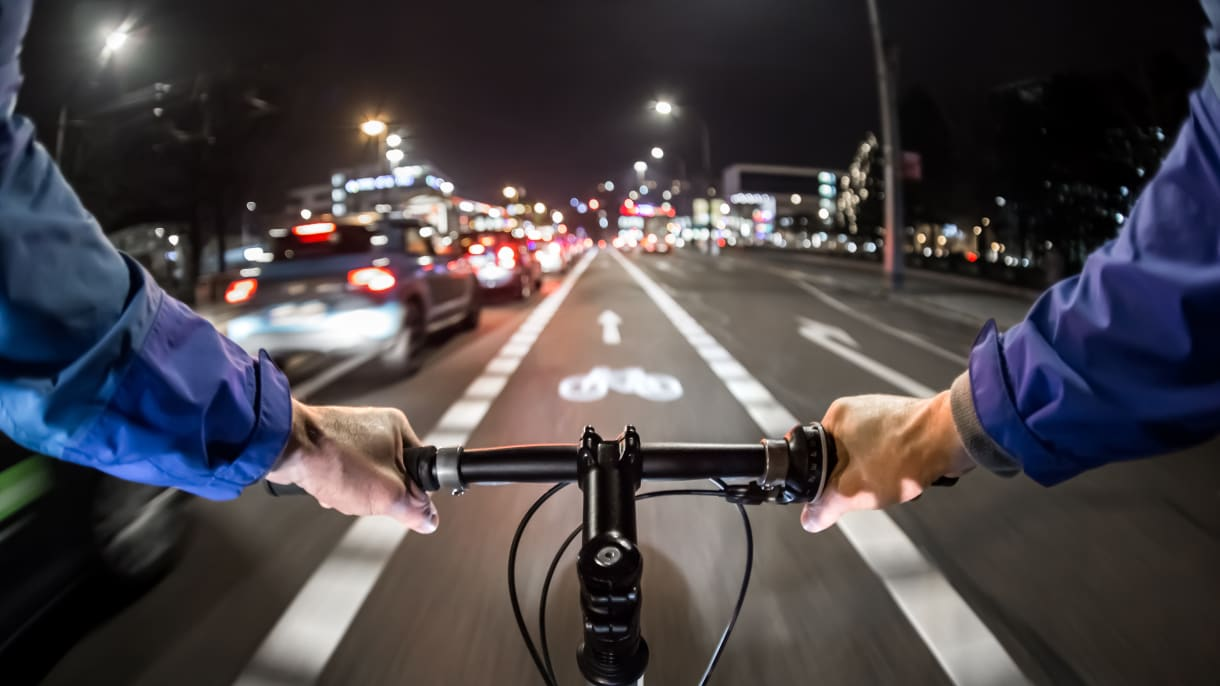 Radfährer fährt auf Radweg in der Nacht