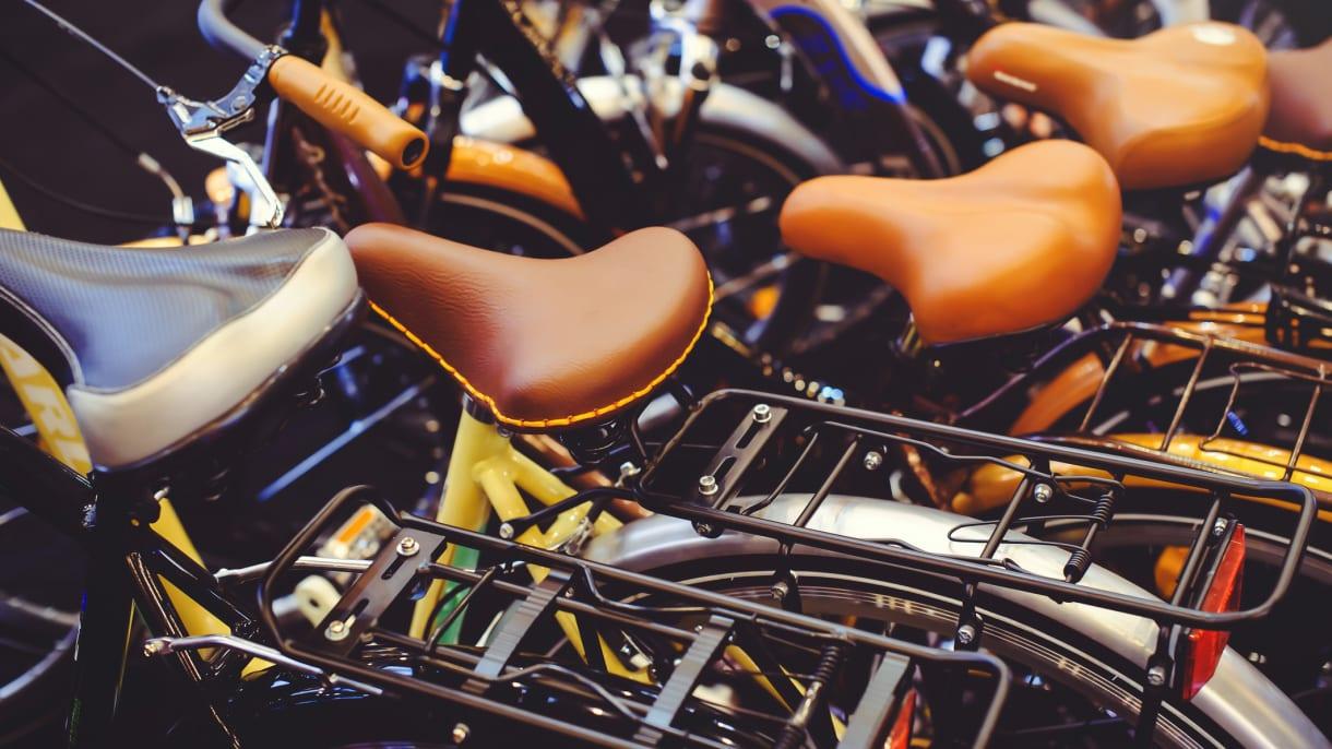 Fahrrädern stehen nebeneinander