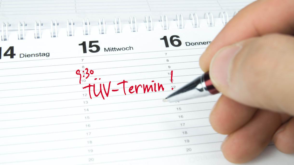 Ein TÜV-Termin wird in einen Kalender eingetragen