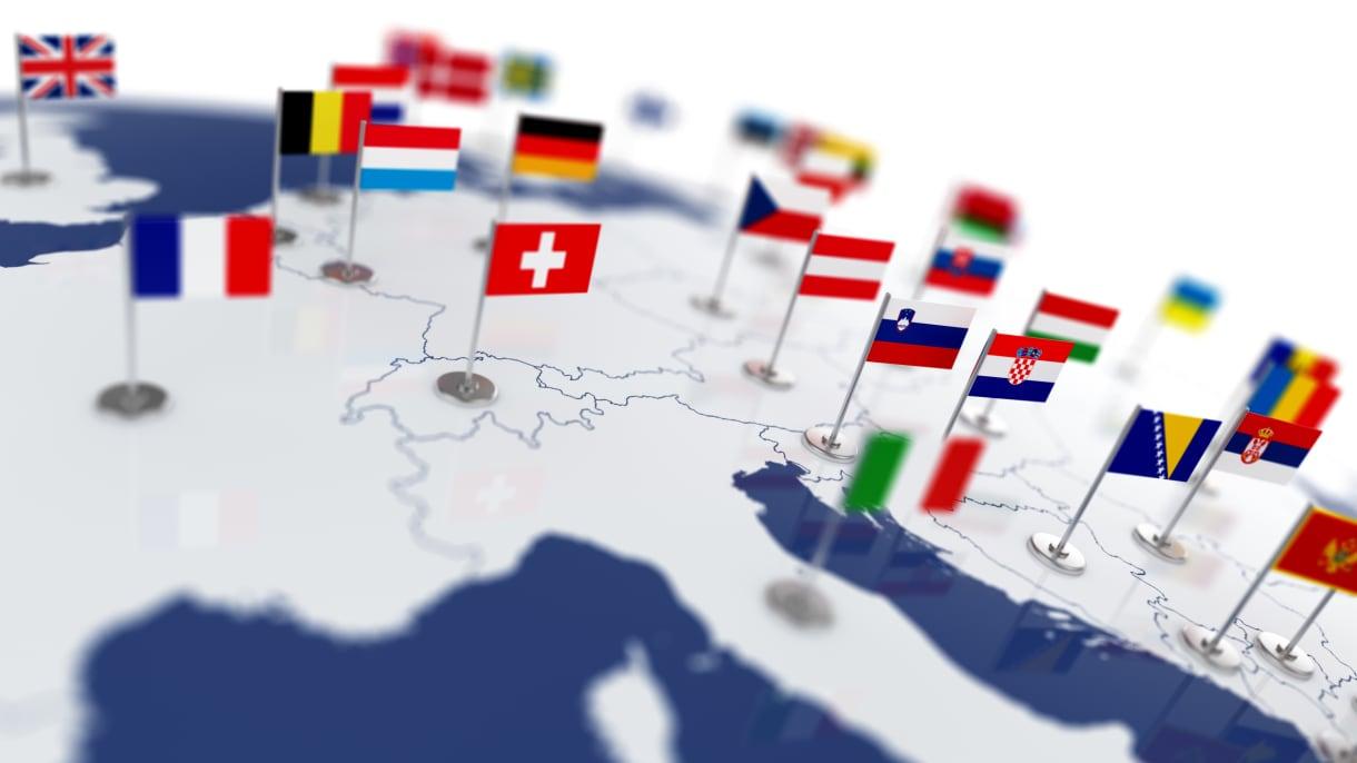 verschiedene Flaggen auf einem Globus