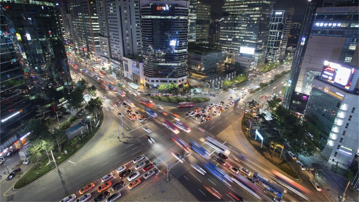 stark befahrene Strasse in einer asiatischen Metropole
