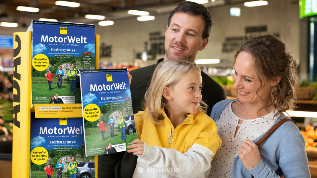 Familie nimmt beim Einkaufen die ADAC Motorwelt mit