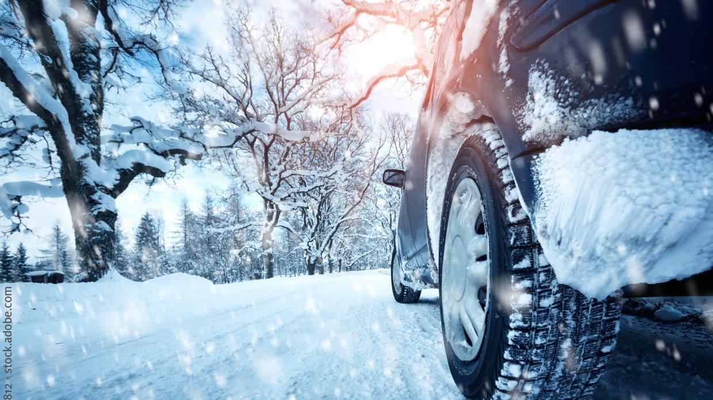 Pkw-Reifen auf verschneiter Fahrbahn