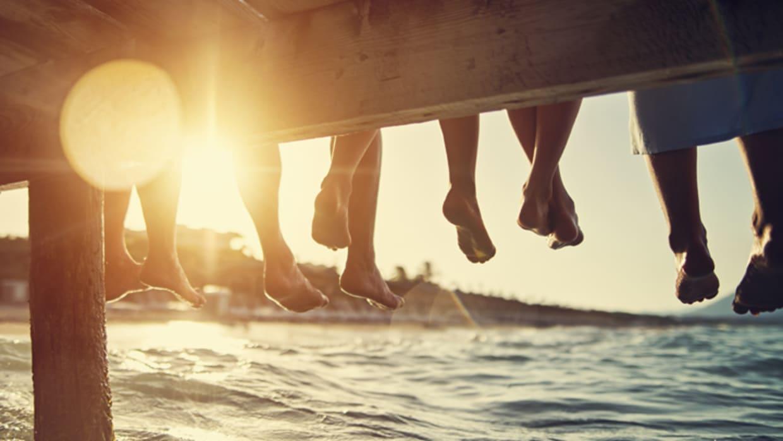 Steg am Wasser Beine baumeln