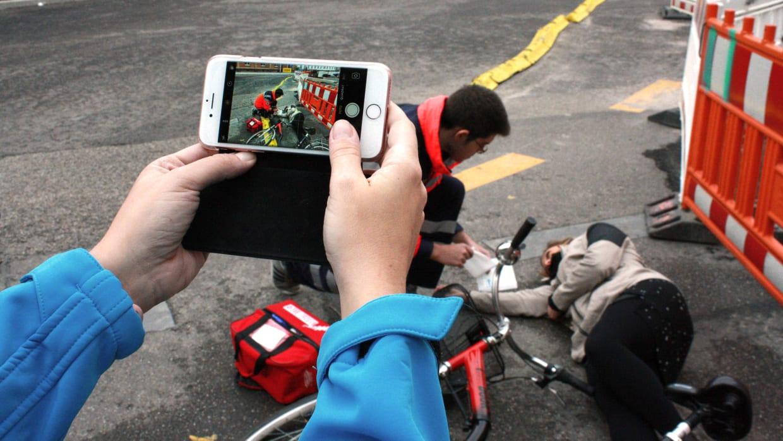 Gaffer fotografiert Rettungskraft nach Fahrradunfall