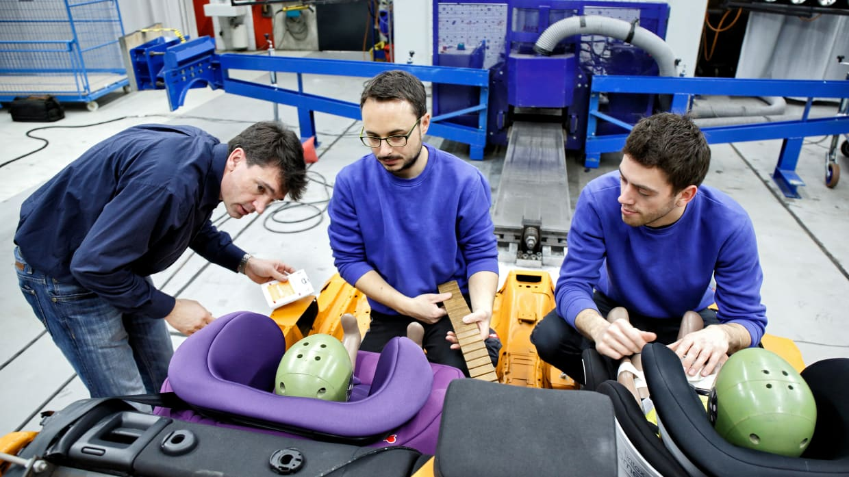 Testleiter Andreas Ratzek und seine Kollegen bereiten den Kindersitztest vor