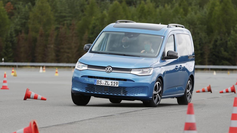 VW Caddy fährt auf der Teststrecke