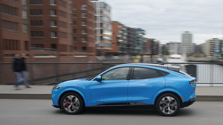 Der neue Ford Mustang MACH-E fährt auf einer Strasse