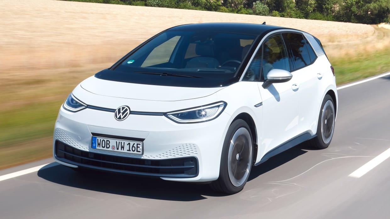 VW ID.3 fahrend auf einer Straße