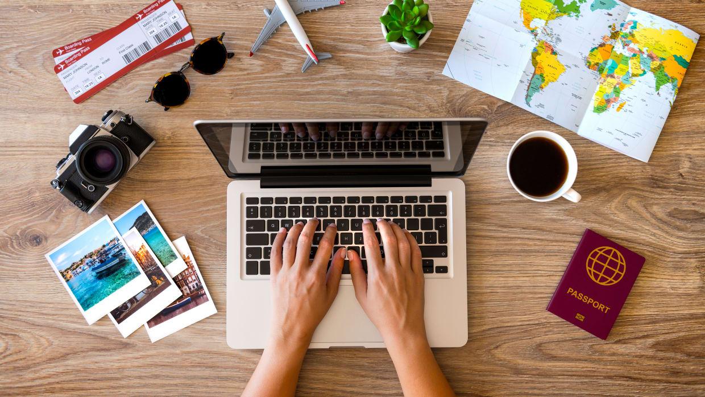 Frau plant ihren Urlaub mit ihrem Laptop