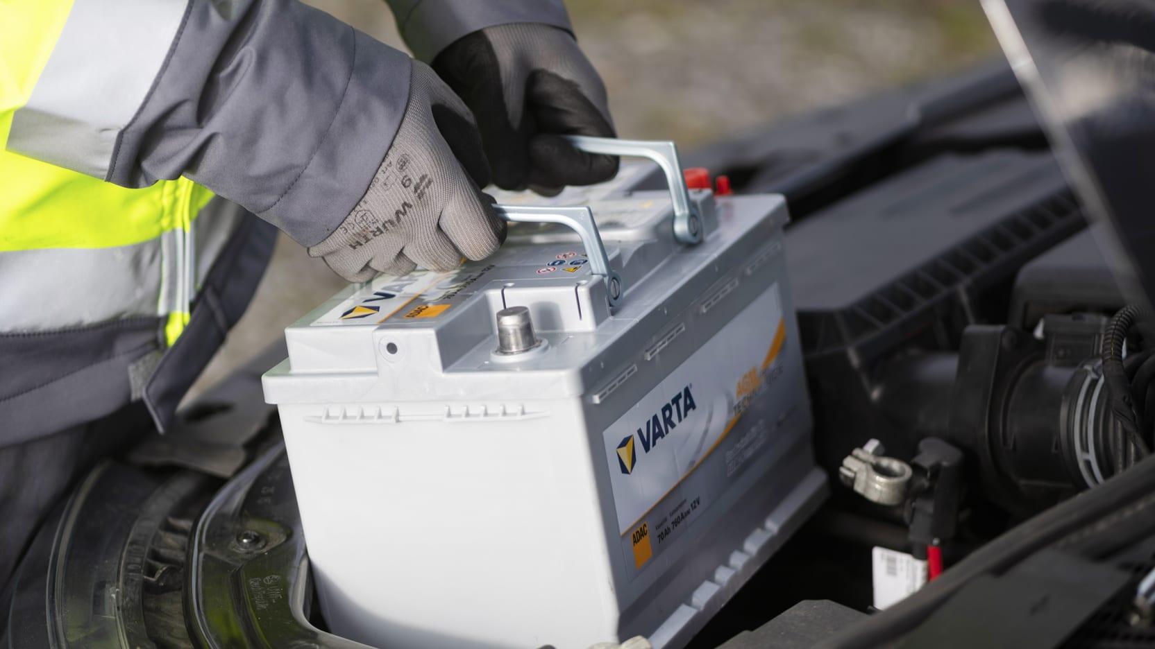 Autobatterie wird eingesetzt