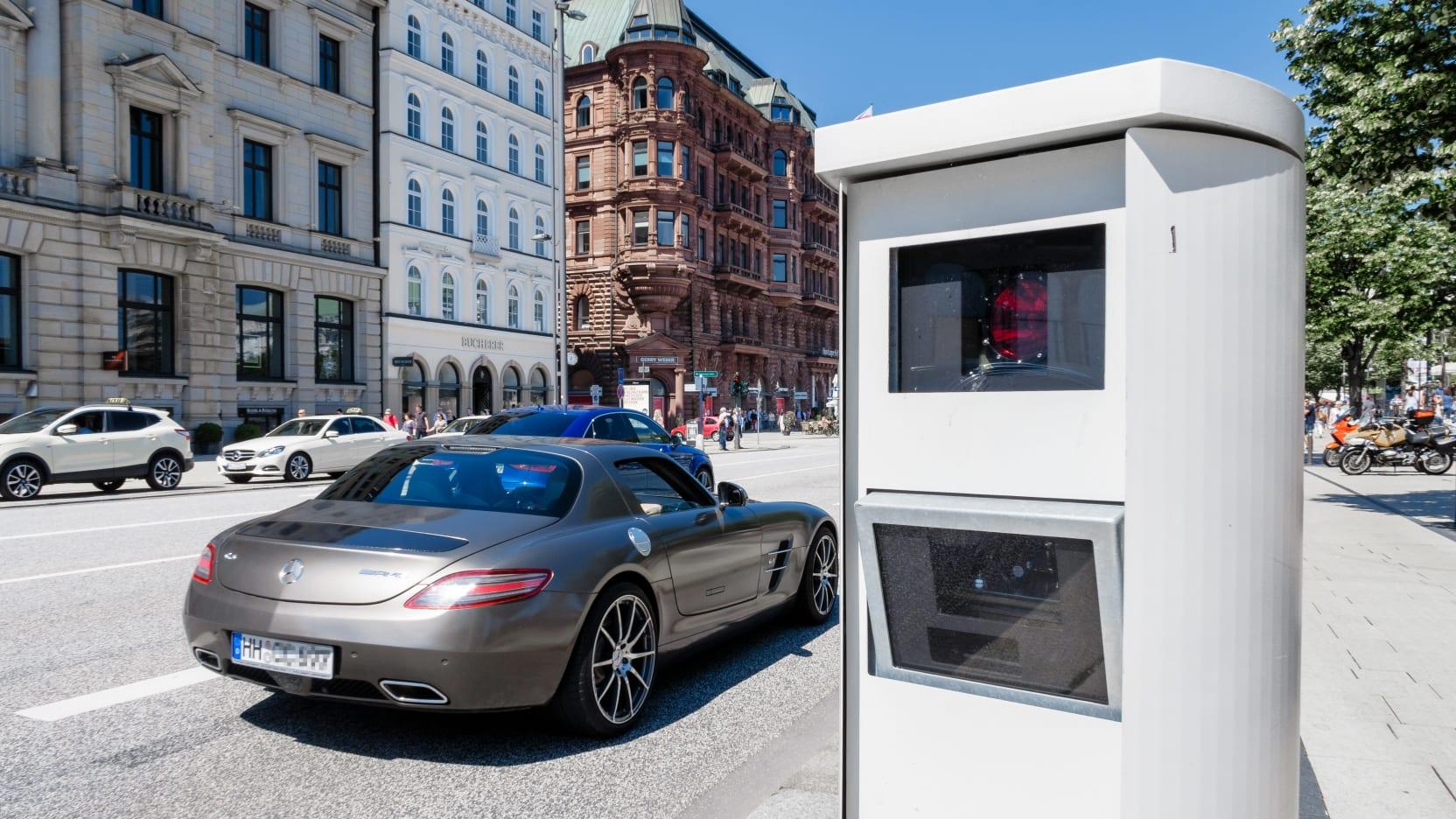 Eine Blitzanlage gegen illegale Autorennen ist am 04.06.2016 in der Hamburger Innenstadt am Jungfernstieg zu sehen.